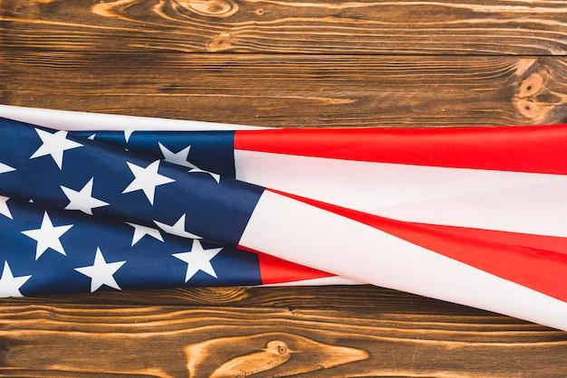 Amerikanische flagge auf hölzernem hintergrund