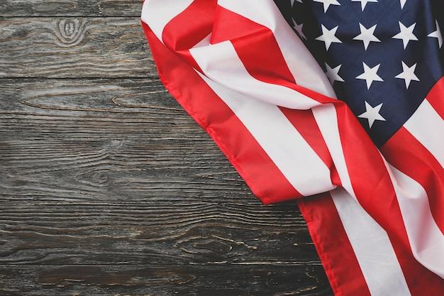 Amerikanische flagge auf holz, platz für text
