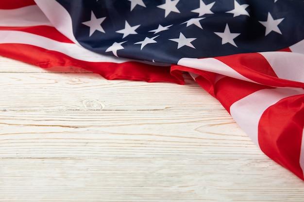 Amerikanische flagge auf weißem holz, platz für text