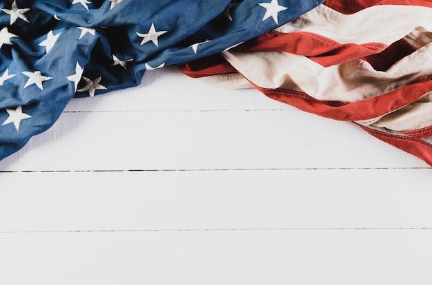 Amerikanische flagge auf weißem holzboden
