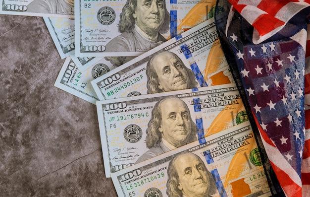 Amerikanische flagge der draufsicht auf us-dollars usa wirtschaftlich