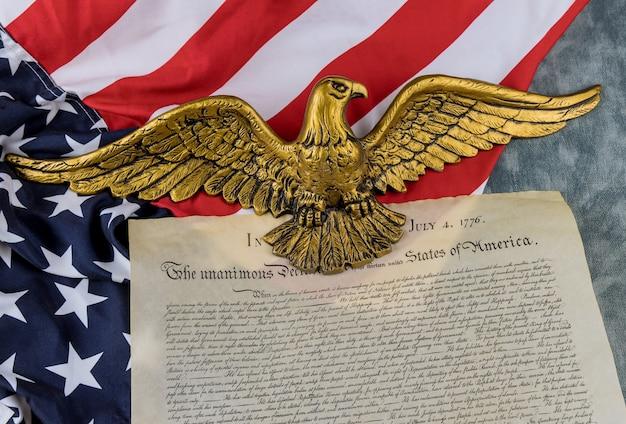 Amerikanische flagge des vintage-dokuments detailliert die unabhängigkeitserklärung der vereinigten staaten