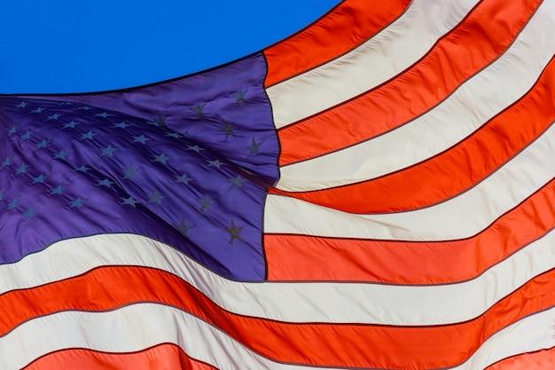 Amerikanische flagge, die schön stern- und streifengewebestruktur weht