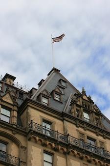 Amerikanische flagge fliegt auf das dakota building new york.