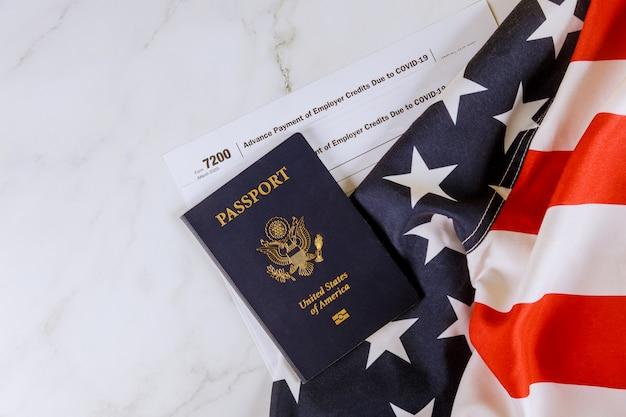 Amerikanische flagge, formular 7200, vorauszahlung von arbeitgeberguthaben aufgrund von covid-19 auf dem reisepass der usa