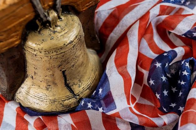 Amerikanische flagge gedenktag mit erinnerung an diejenigen, die auf der gedächtnisglocke gedient haben