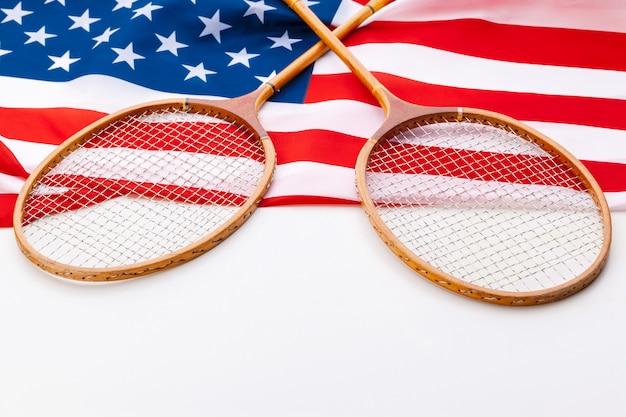 Amerikanische flagge mit tennisschlägern.