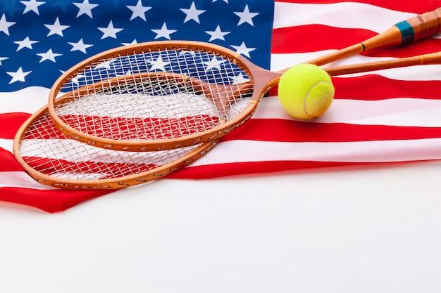 Amerikanische flagge mit tennisschlägern