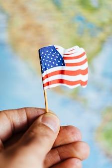 Amerikanische flagge mit usa-kartenhintergrund