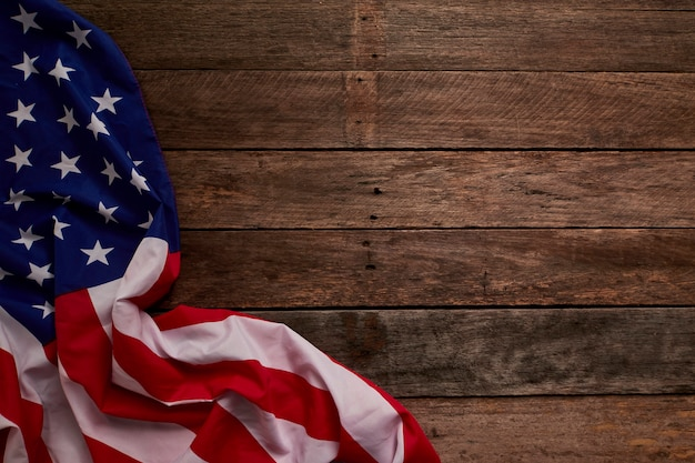 Amerikanische flagge und holzbretter