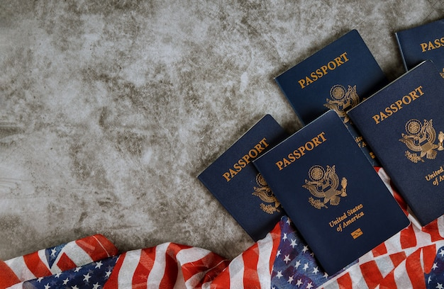 Amerikanische flagge und pässe auf hintergrund mit copyspace