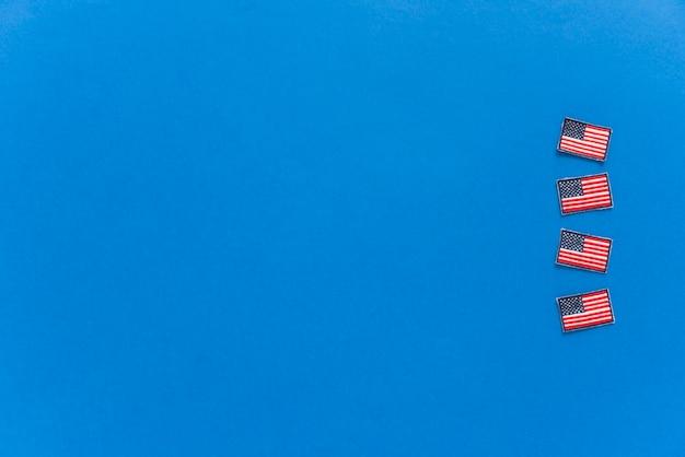 Amerikanische flaggen auf blauem hintergrund
