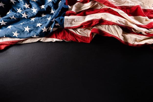 Amerikanische flaggen auf schwarzem hintergrund