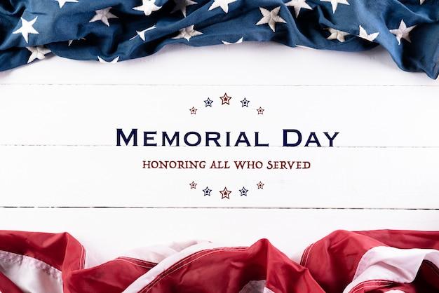 Amerikanische flaggen auf weißem holzboden für gedenktag