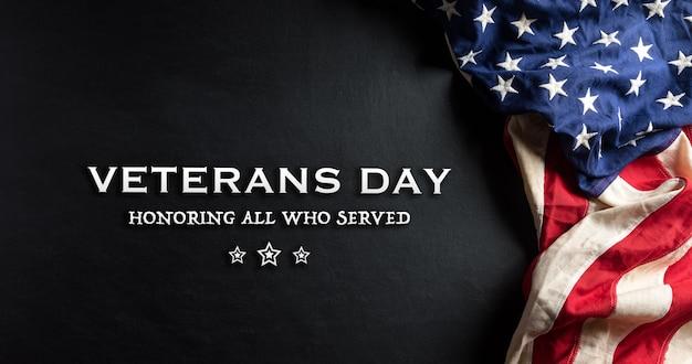 Amerikanische flaggen gegen eine tafel für veterans day.