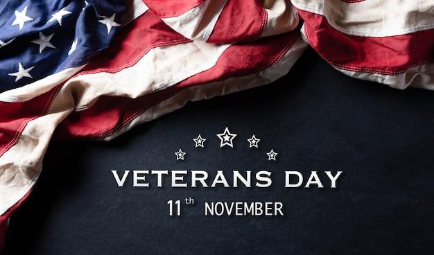 Amerikanische flaggen gegen einen tafelhintergrund. 11. november.