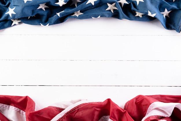 Amerikanische flaggen gegen hölzernen hintergrund