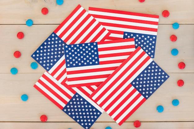 Amerikanische flaggen und süßigkeiten