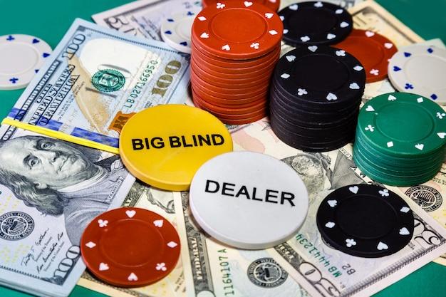 Amerikanische gelddollar und pokerchips auf kasinotabellenabschluß oben.