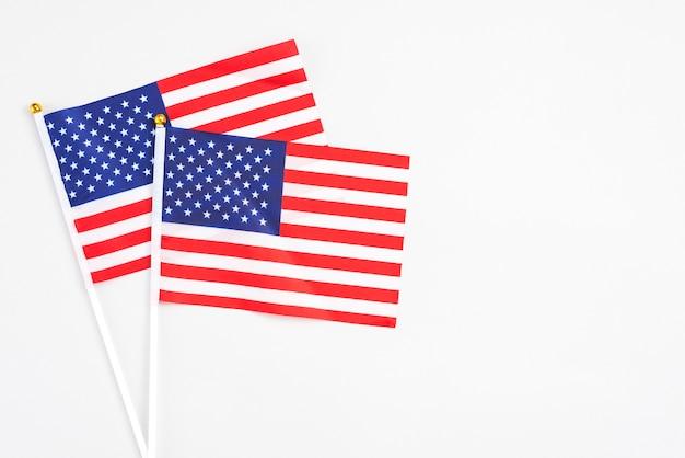 Amerikanische handflaggen auf weißem hintergrund