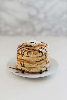 Amerikanische köstliche pfannkuchen der vorderansicht