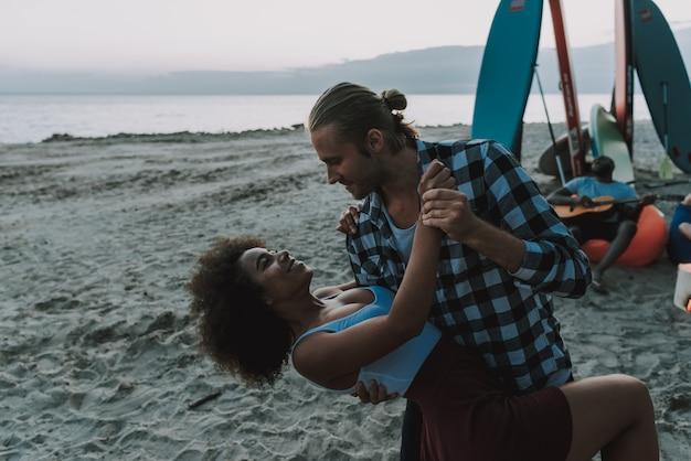 Amerikanische leute tanzen am strand.