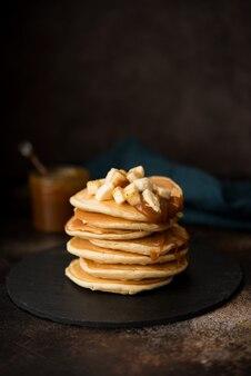 Amerikanische pfannkuchen mit karamell und banane