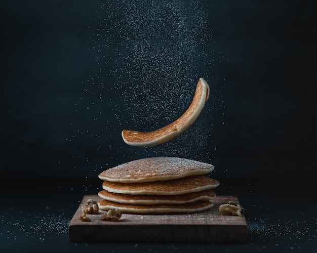 Amerikanische pfannkuchen oder crepes zum frühstück