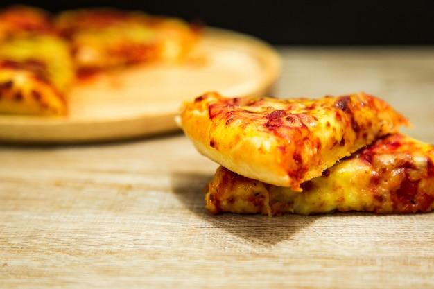 Amerikanische pizza mit pepperonis auf einem holztisch