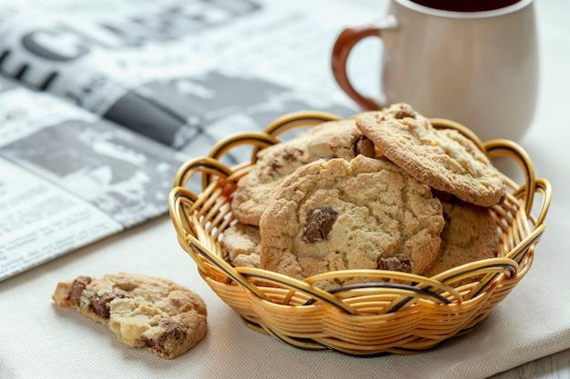Amerikanische plätzchen und ein tasse kaffee auf einer tabelle morgens am frühstück.