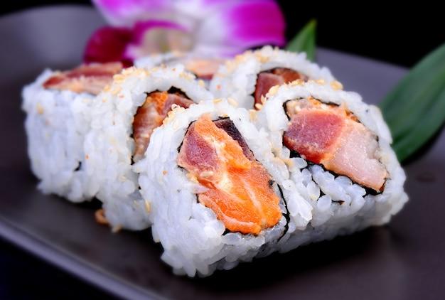 Amerikanische sushirolle mit schinken