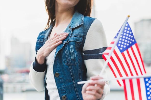 Amerikanische treue frau, die flaggen hält