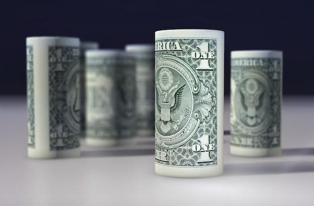 Amerikanischer 1-dollar-greenback rollte auf dem schwarzen