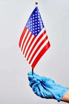 Amerikanischer arzt, der usa-nationalflagge hält