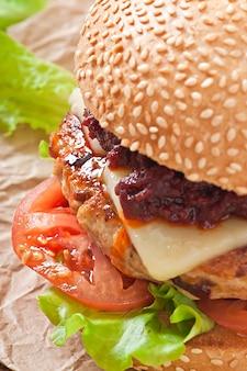 Amerikanischer burger mit huhn und speck, hausgemachte barbecue-sauce
