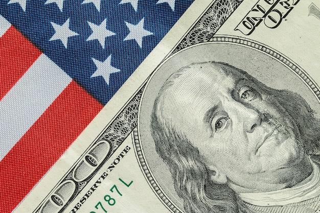 Amerikanischer dollar auf der amerikanischen flagge