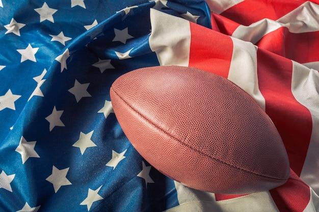 Amerikanischer fußball auf amerikanischer alter ruhmflagge