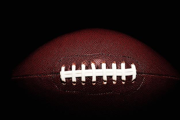 Amerikanischer fußballball lokalisiert auf schwarzraum