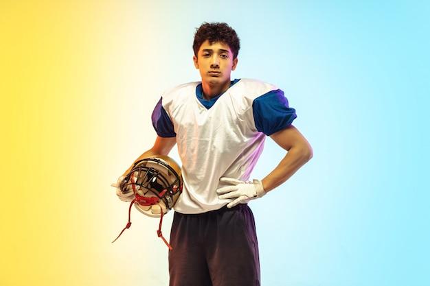Amerikanischer fußballspieler auf gradientenstudio im neonlicht