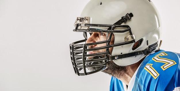 Amerikanischer fußballspieler, der auf leerraum aufwirft
