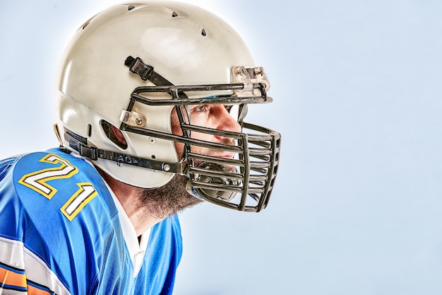 Amerikanischer fußballspieler, der auf weißer wand aufwirft