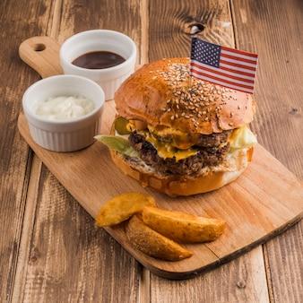 Amerikanischer hamburger mit soßen