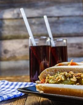Amerikanischer hotdog mit bestandteilen und soda