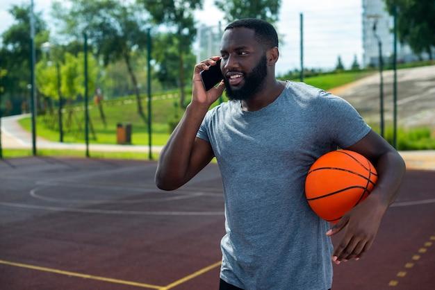 Amerikanischer mann, der am telefonmediumschuß spricht