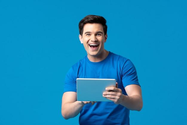 Amerikanischer mann, der das internet mit tablet-computer surft