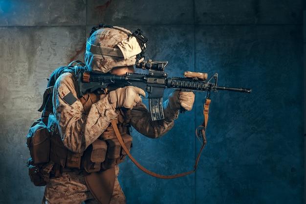 Amerikanischer privater militärauftragnehmer, der ein gewehr, atelieraufnahme schießt