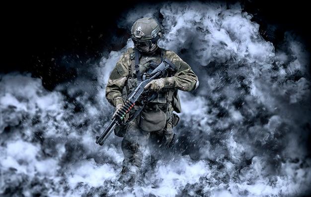 Amerikanischer soldat kommt aus dem rauch auf dem schlachtfeld. das konzept der militärischen spezialoperationen. computerspiele. gemischte medien