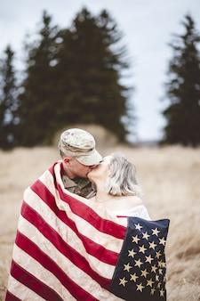 Amerikanischer soldat küsst seine liebende frau