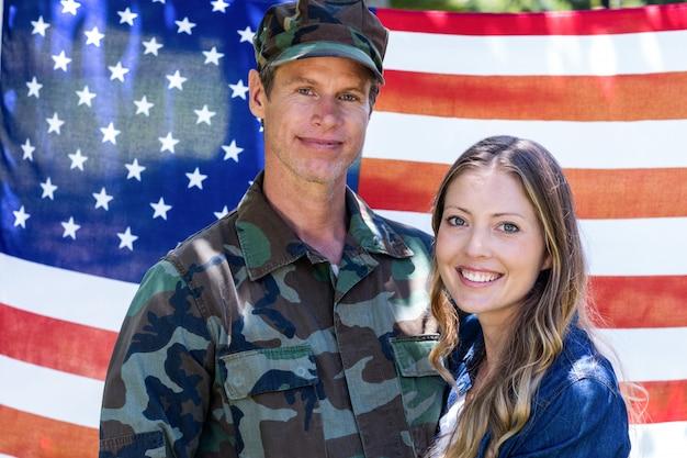 Amerikanischer soldat mit seinem partner wieder vereint