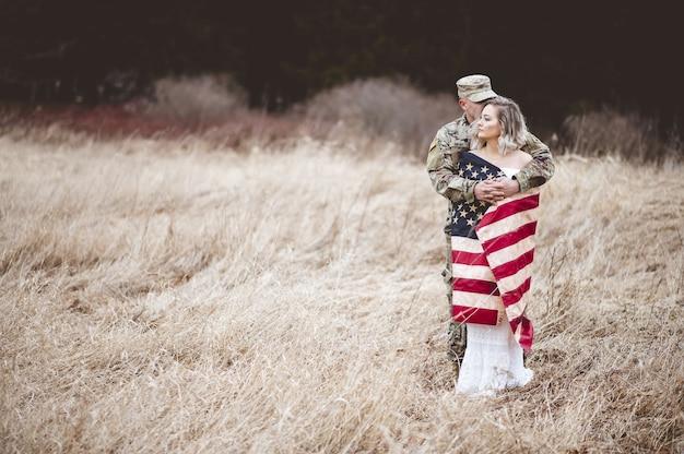 Amerikanischer soldat umarmt seine frau